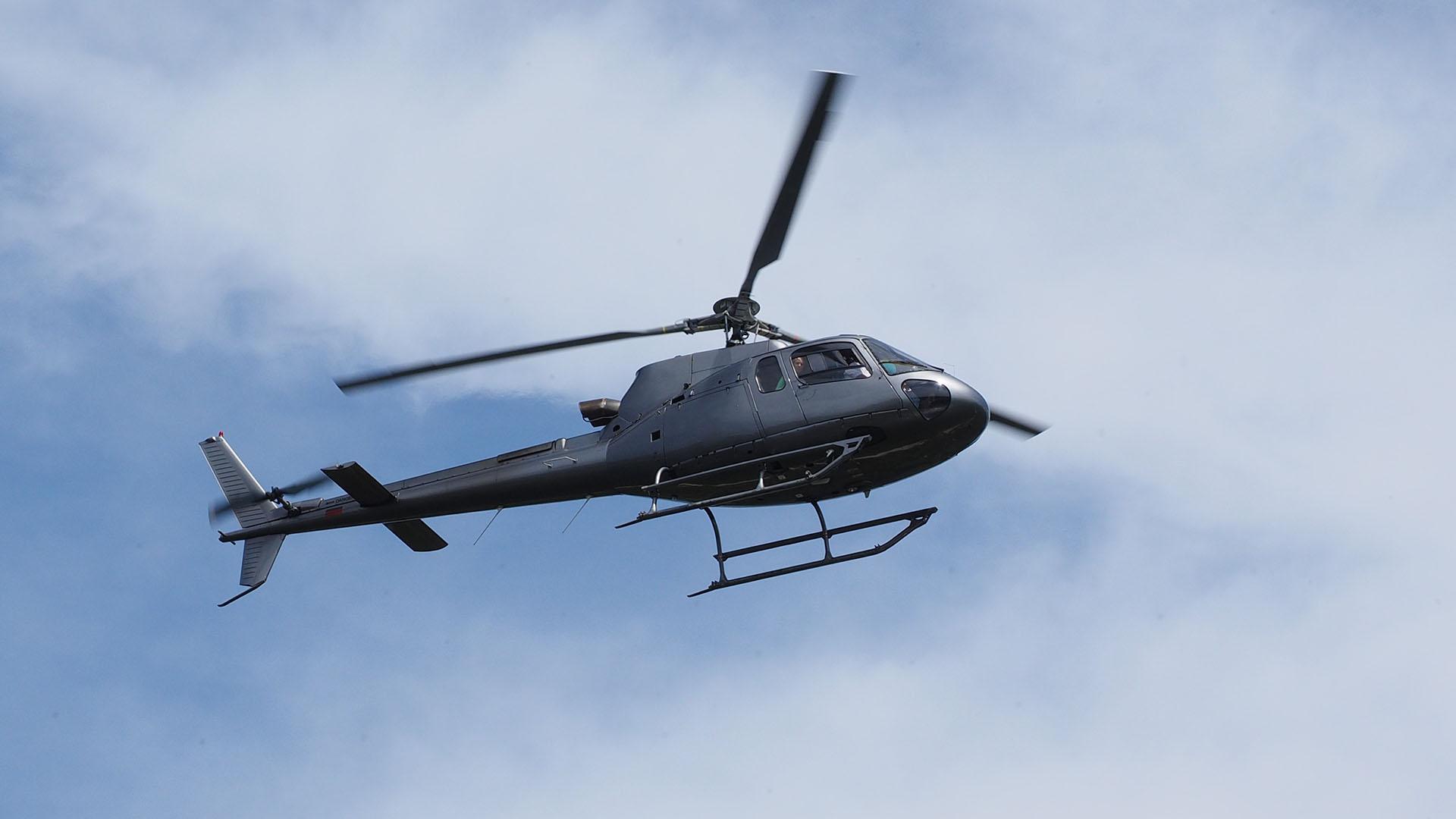 Hubschrauber unter Wolken